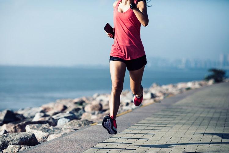 Séance de running sur les berges pour cette jeune femme bien équipée